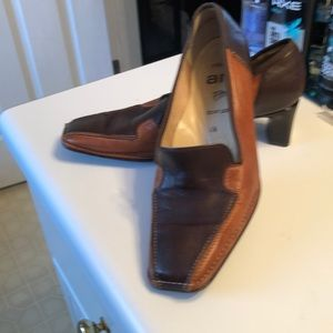 Beautiful 2 tone Carmel and chocolate brown shoes